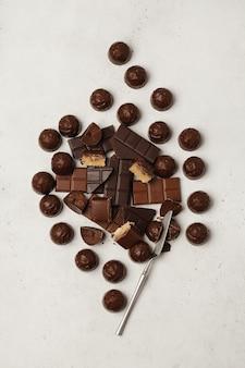 Chocolade en chocoladesuikergoed. verschillende chocolaatjes en snoepjes voor koffie en thee.
