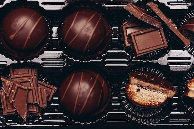 Chocolade en gebak op houten tafel achtergrondafbeelding textuur delicatesse dessert