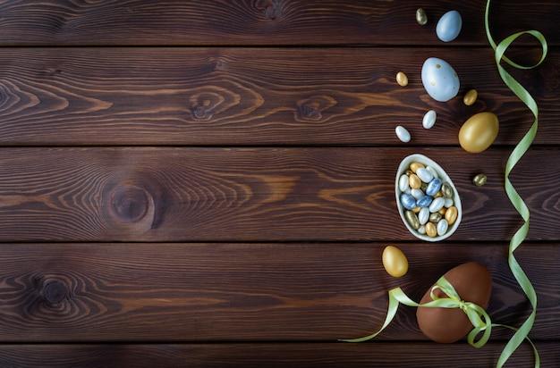 Chocolade en gekleurde paaseieren met bogen van het kleurenlint