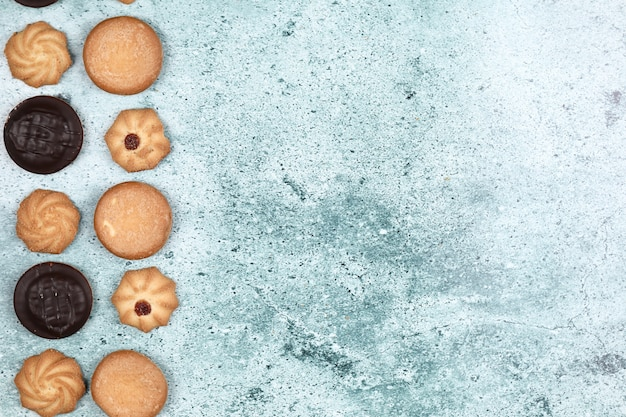 Chocolade en havermeelkoekjes op een blauwe achtergrond.