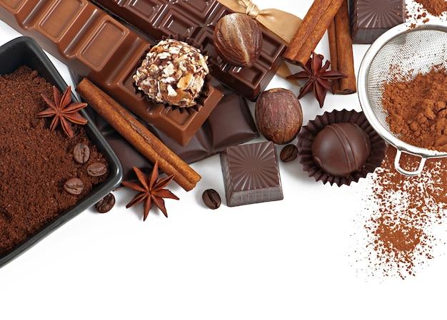 Chocolade en kruiden die op wit wordt geïsoleerd
