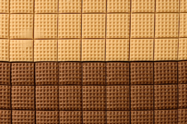 Chocolade en romige toffee snoep pleinen geïsoleerd op een witte achtergrond. bovenaanzicht.