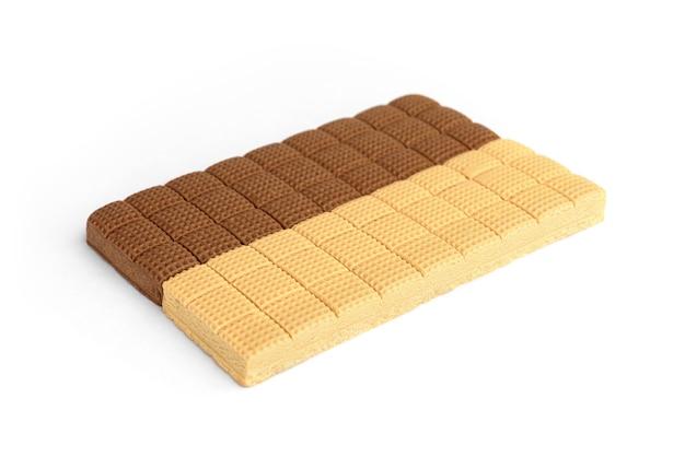 Chocolade en romige toffee snoep pleinen geïsoleerd op een witte achtergrond.