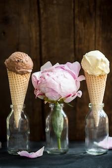 Chocolade en vanille-ijs scoops in wafel kegels