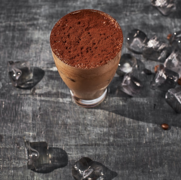 Chocolade frappekoffie buiten op een de zomerdag