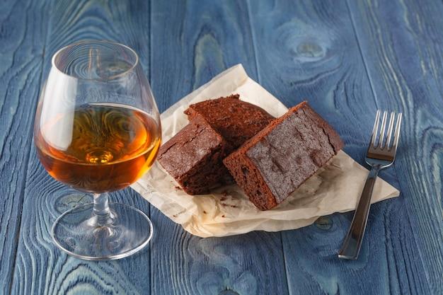 Chocolade fudge brownie met kopje espresso