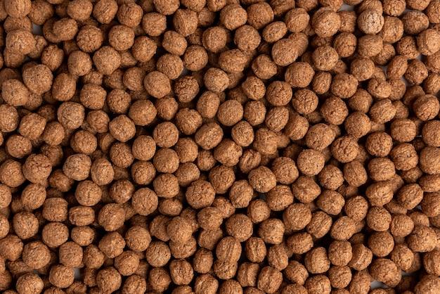 Chocolade gedroogde ballen geïsoleerd op een witte achtergrond.