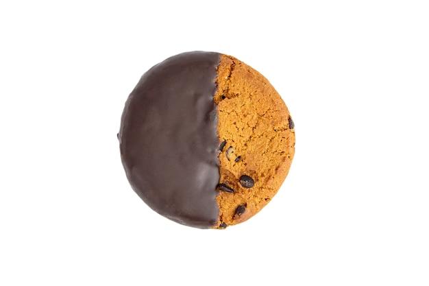 Chocolade geglazuurd havermoutkoekje dat op witte achtergrond wordt geïsoleerd. geïsoleerde havermoutkoekjes