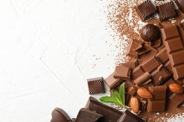 Chocolade, gesmolten chocolade, koffie en amandel op een witte achtergrond