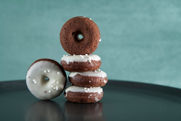 Chocolade glutenvrije donuts. detailopname. horizontale oriëntatie. kopieer ruimte.