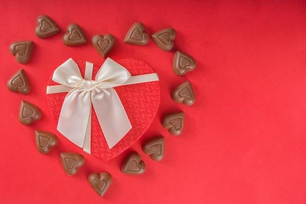 Chocolade harten frame en geschenkdoos Premium Foto