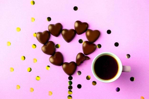Chocolade hartjes. lekkere zoetigheden met koffie. valentijnsdag.