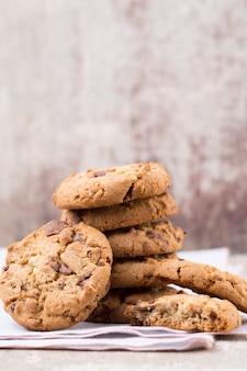 Chocolade havermout chip cookies op rustieke houten tafel.