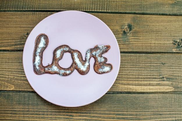 Chocolade heerlijke pannekoek op een plaat. houten tafel.