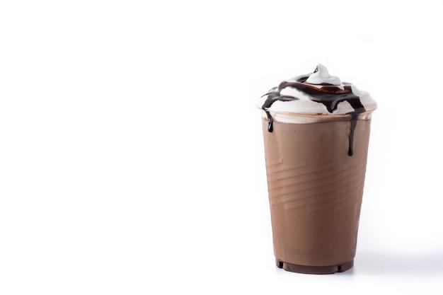 Chocolade iced milkshake geïsoleerd op een witte ondergrond