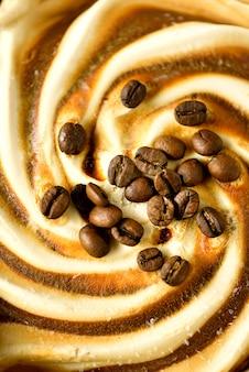 Chocolade-ijs met koffiebonen. scooped textuur. bruin roomijs eruit scheppen.