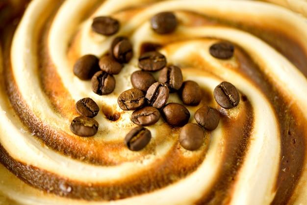 Chocolade-ijs met koffiebonen. zomer eten concept, kopie ruimte, bovenaanzicht. scooped textuur. bruin roomijs eruit scheppen.