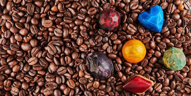 Chocolade in de vorm van edelstenen op koffiebonen