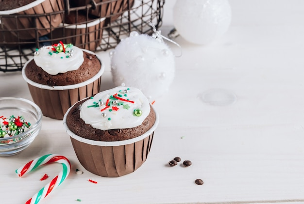 Chocolade kerst cupcake met gekleurde suiker topping