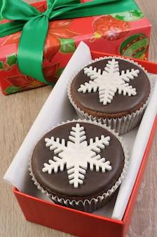Chocolade kerst muffins versierd met marsepein parelsneeuwvlok
