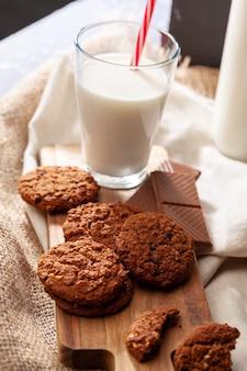 Chocolade knapperige koekjes met glas melk close-up