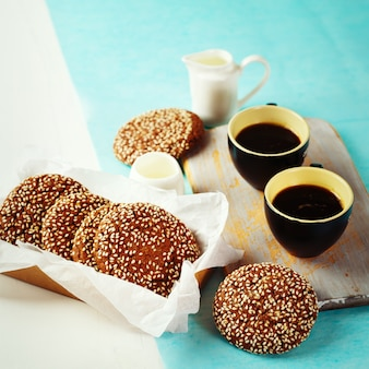 Chocolade knapperige koekjes met ochtendkoffie