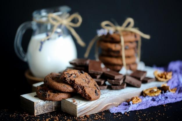 Chocolade koekjes. chocoladeschilferkoekjes boordevol lavendel. chocolade koekje