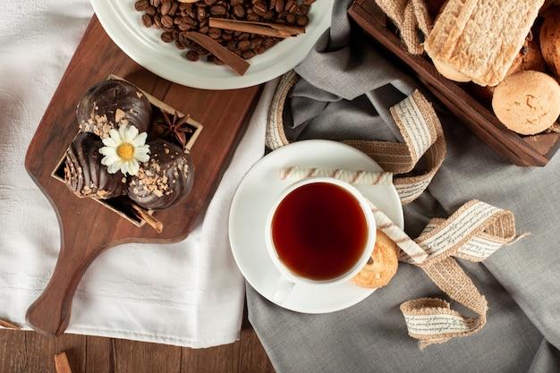 Chocolade koekjes lade en een kopje thee. bovenaanzicht