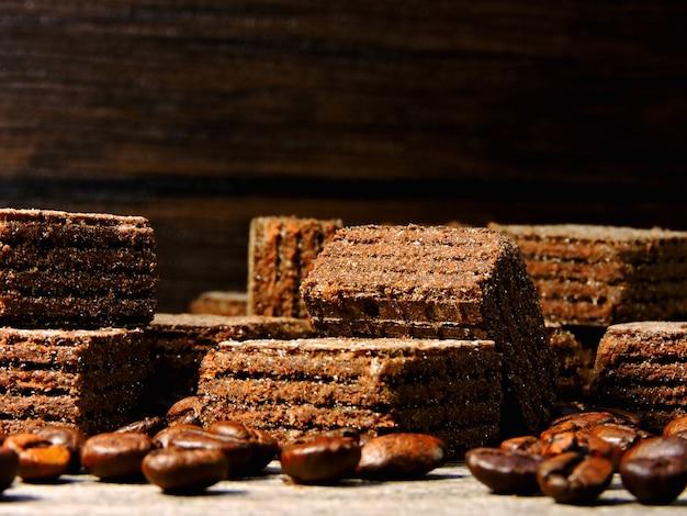 Chocolade koffie wafels en koffiebonen. kleine vierkante wafels.