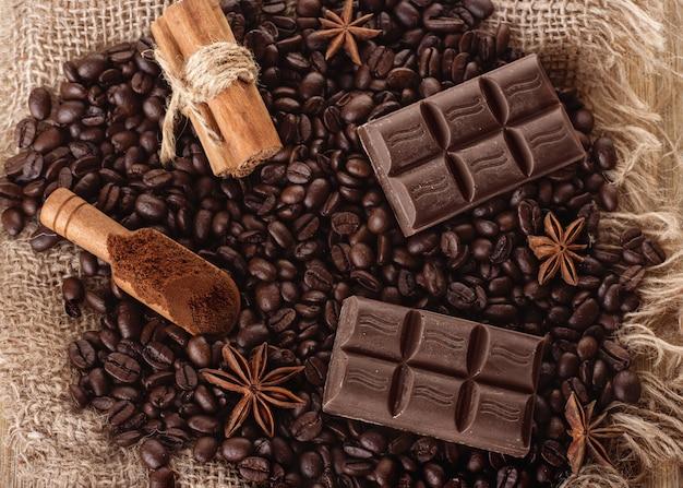 Chocolade, koffiebonen, anijs op houten achtergrond