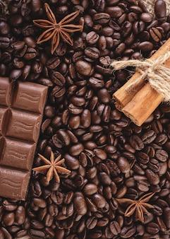 Chocolade, koffiebonen, anijs op houten
