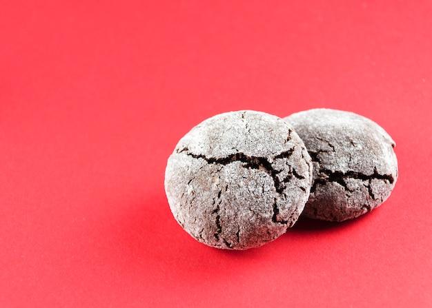 Chocolade kreukels. chocoladekoekjes in poedersuiker