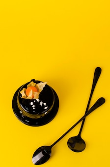 Chocolade laag cake met een rijke donkere chocolade glazuur op geel.