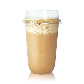 Chocolade latte koffie in plastic die kop op wit wordt geïsoleerd.