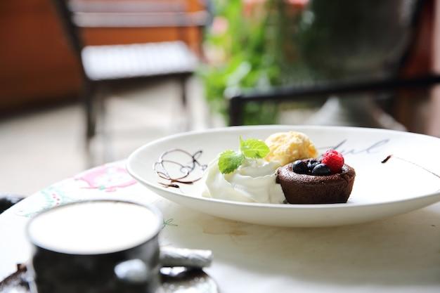Chocolade lava cake en bessen met ijs