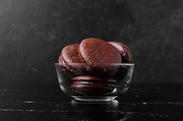 Chocolade marshmallow cookies in glazen beker.