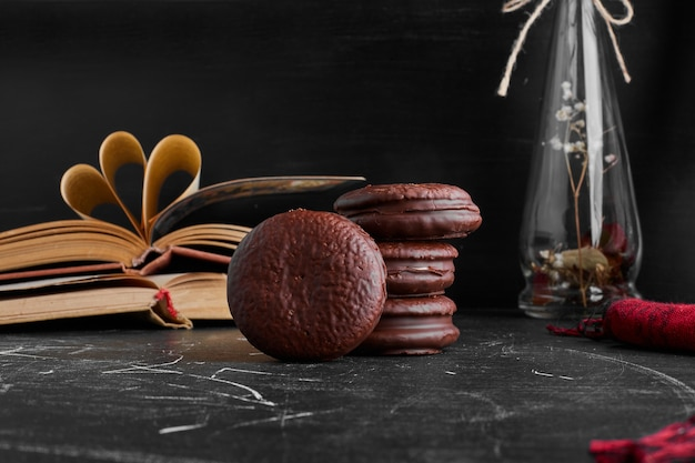 Chocolade marshmallow cookies op de zwarte tafel.