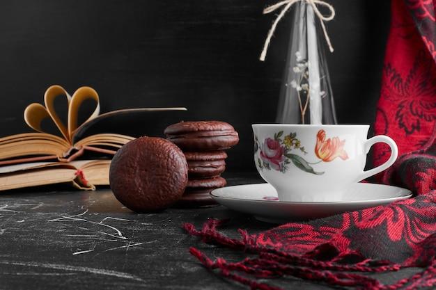 Chocolade marshmallow koekjes met een kopje thee.