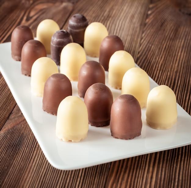 Chocolade marshmallows op het dienen van plaat