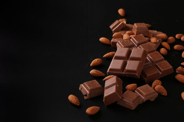Chocolade met amandelen op een donkere ondergrond, selectieve aandacht, kopie ruimte