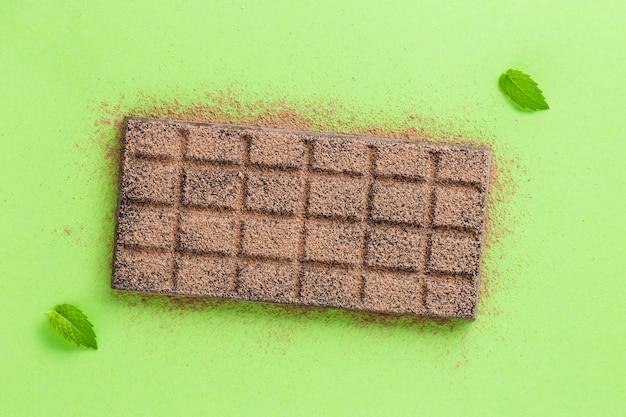 Chocolade met cacaopoeder en bladeren