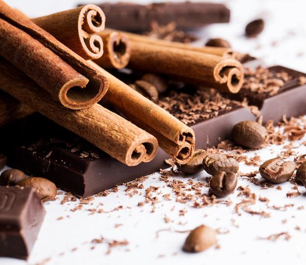Chocolade met kaneel en koffiebonen