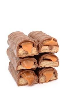 Chocolade met karamel op een wit geïsoleerd oppervlak