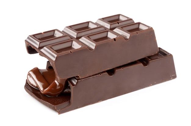 Chocolade met karamel op wit wordt geïsoleerd