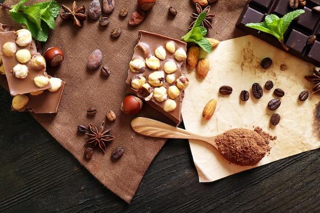 Chocolade met munt, kruiden en koffiebonen op tafel, close-up