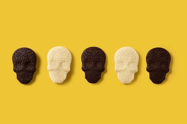 Chocolade mexicaanse schedels patroon op gele achtergrond