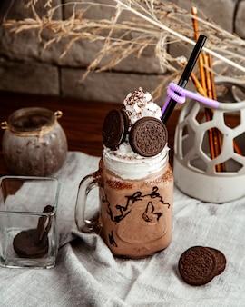 Chocolade milkshake crème oreo zijaanzicht