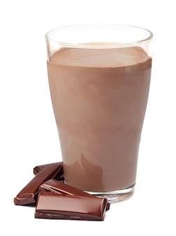 Chocolade milkshake met chocoladereep geïsoleerd op wit