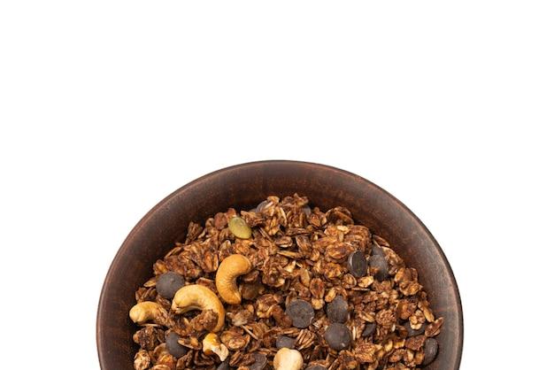 Chocolade muesli granen met noten op een kom achtergrond. geïsoleerd op een witte achtergrond.