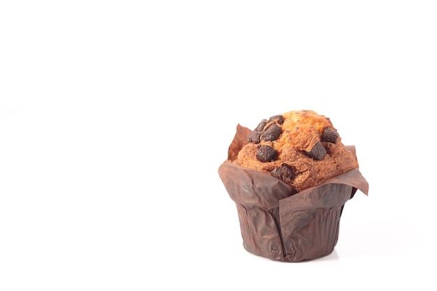 Chocolade muffins geïsoleerd op een witte achtergrond met kopie ruimte.